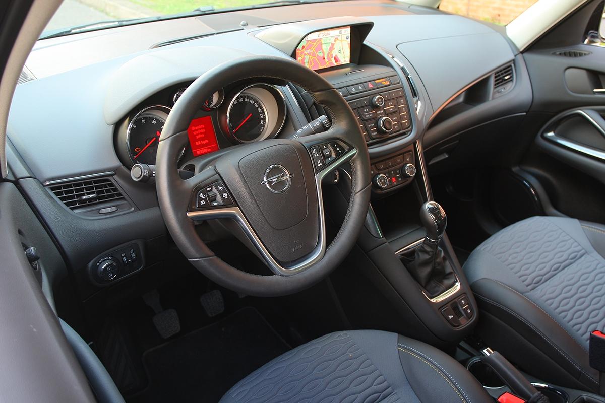 Typický interiér vozu Opel se zahuštěnou středovou konzolí, kvalitními sedadly apraktickými doplňky.