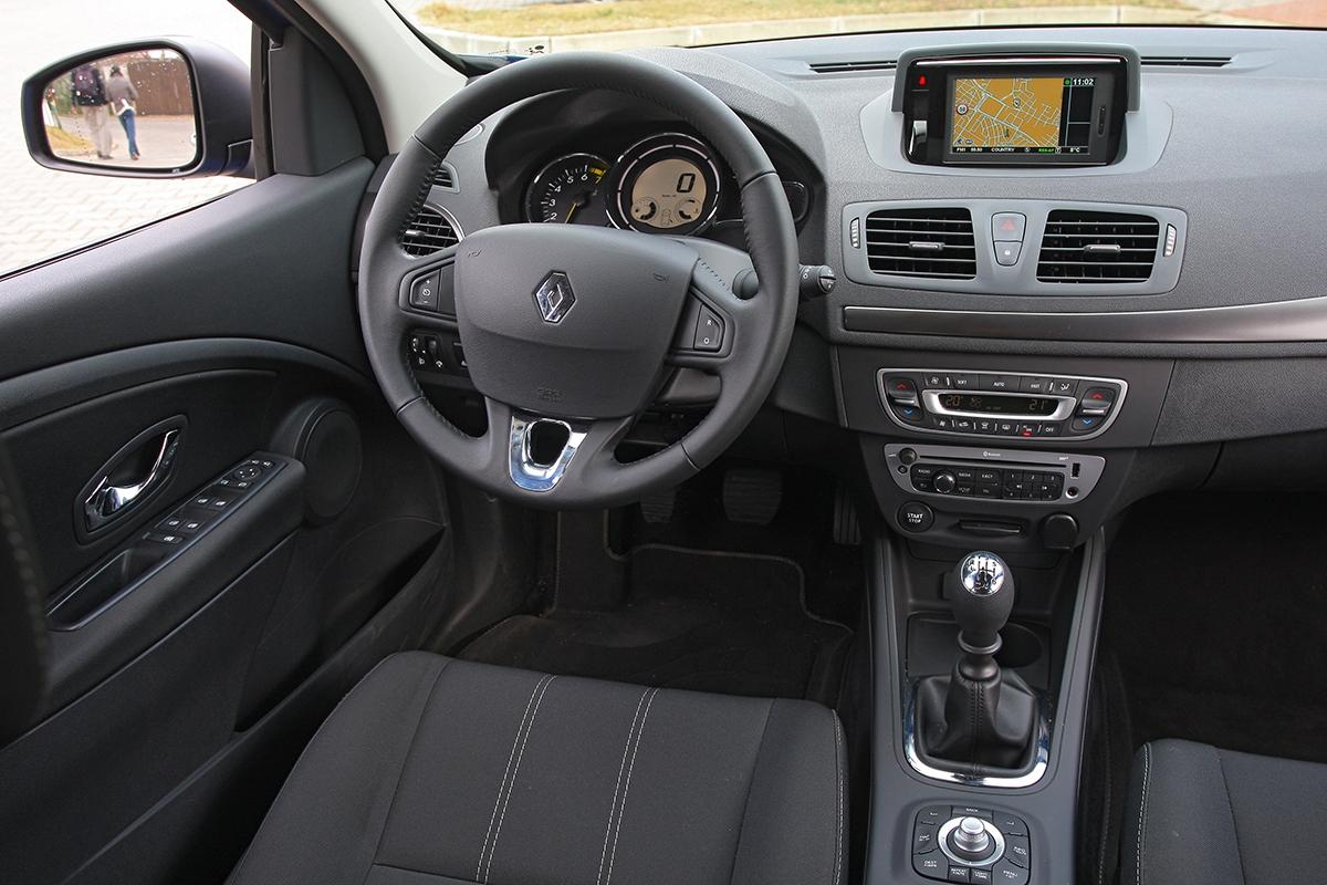 Materiály jsou poměrně kvalitní, ergonomie ovládání ale vmnoha ohledech pokulhává, nelíbí se nám ovládání rádia ani navigace.