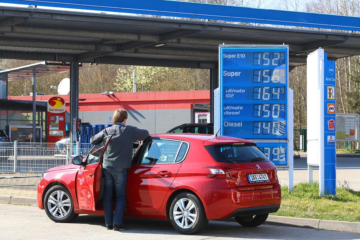 Nafta je vNěmecku podobně drahá jako vČesku, ale itak vás to díky nízké spotřebě Peugeotu 308 nijak trápit nemusí.