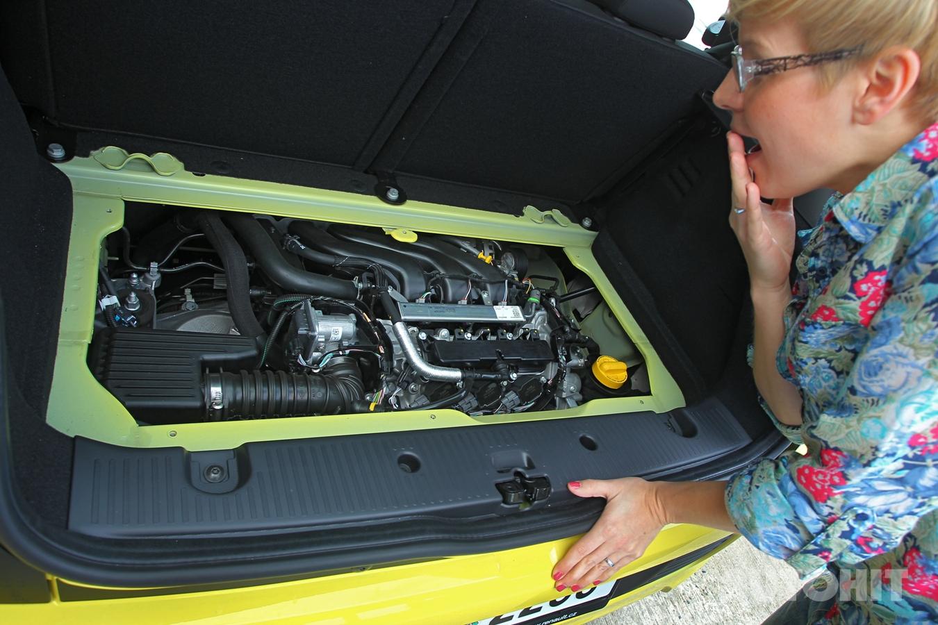 Tříválcový motor se nachází pod kufrem, je skloněný pod úhlem 49°.