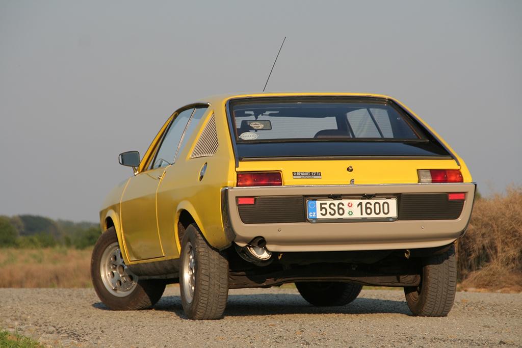 Levnější R15 bylo možné koupit vMototechně, R17 jen individuálně přes Tuzex.