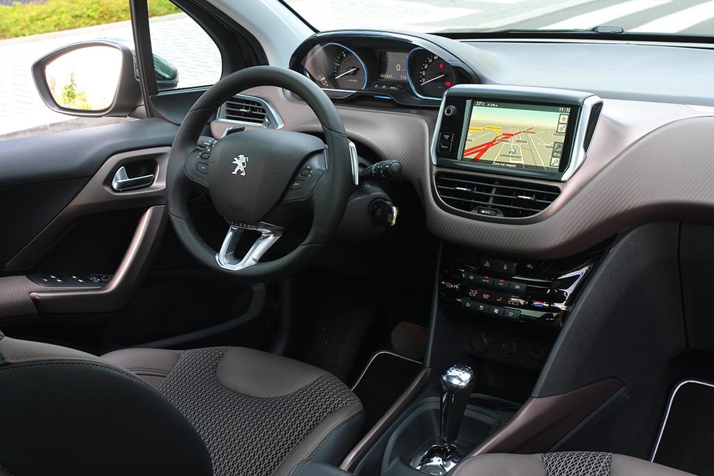 Ve 2008 je mnohem snazší si najít pozici, kdy věnec volantu nezakrývá přístroje.