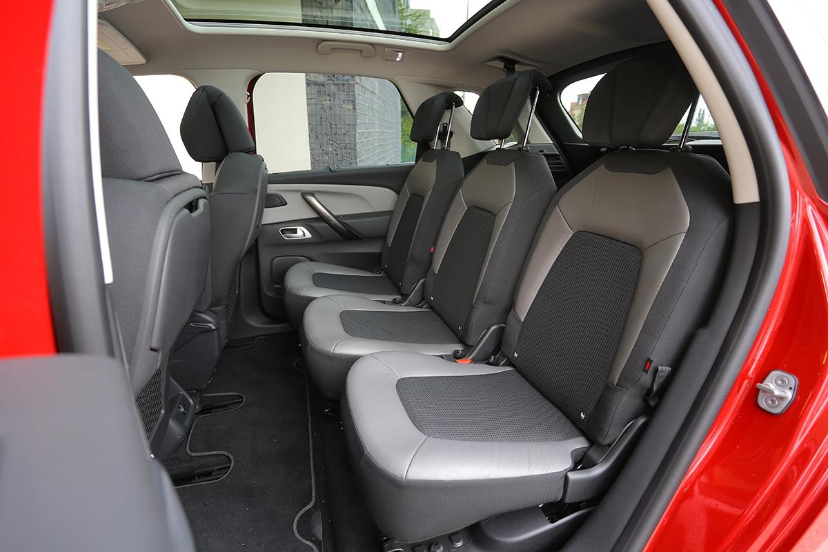Zadní sedadla lze samostatně posouvat asklápět. Mají ale krátké sedáky iopěradla.