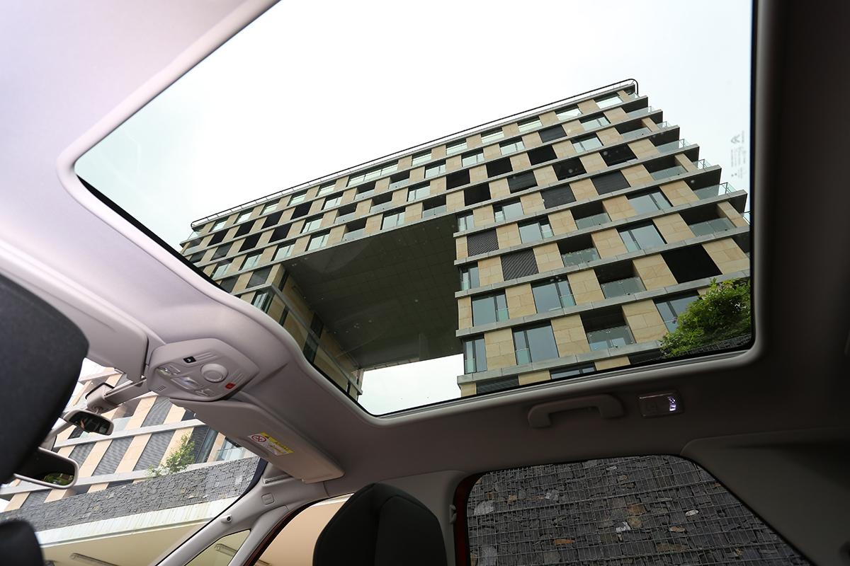 Panoramatické střešní okno přijde na14000 Kč azvozu udělá skleník.