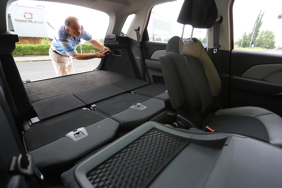 Posvítit si nazavazadelník posklopení sedadel aopěradla sedadla spolujezdce můžete vyjímatelnou baterkou.