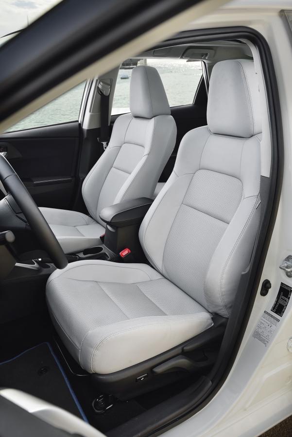 Přední sedadla jsou správně tvarovaná apohodlná, zadní lavice je ale bohužel hodně plochá.