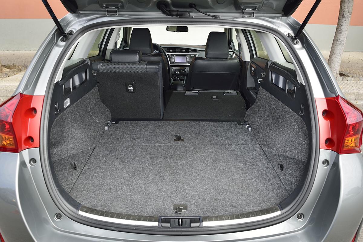 Spíše než objemem potěší zavazadelník dobrým přístupem arovnou ložnou plochou o délce 205 cm.