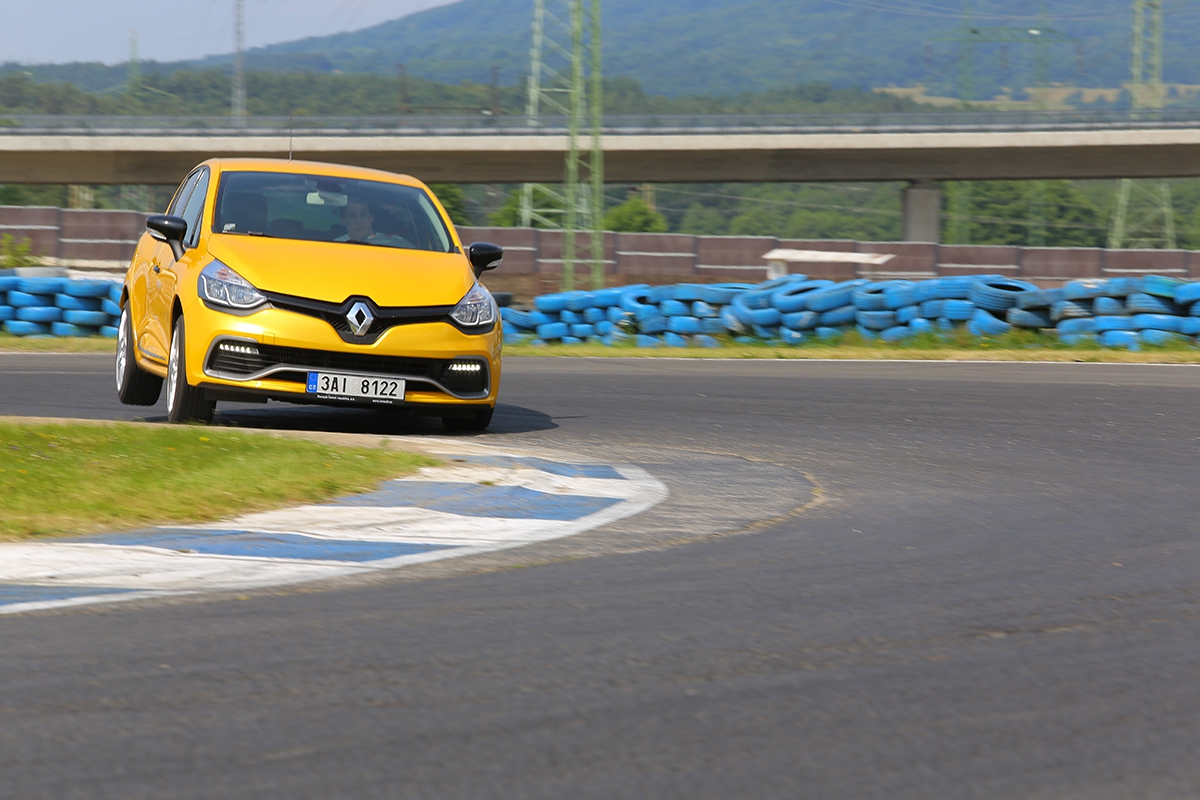 Clio vtomto testu nebylo vybaveno podvozkem Cup. Na okruhu mělo nejméně přilnavosti, bavilo svou rozevlátostí.