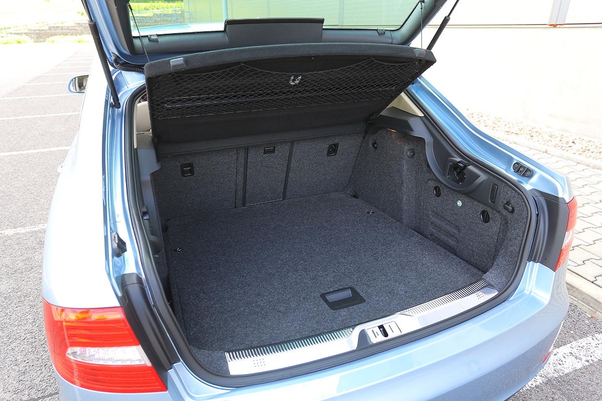 Díky důmyslnému mechanizmu zadních dveří je isedan (liftback) velmi praktický.