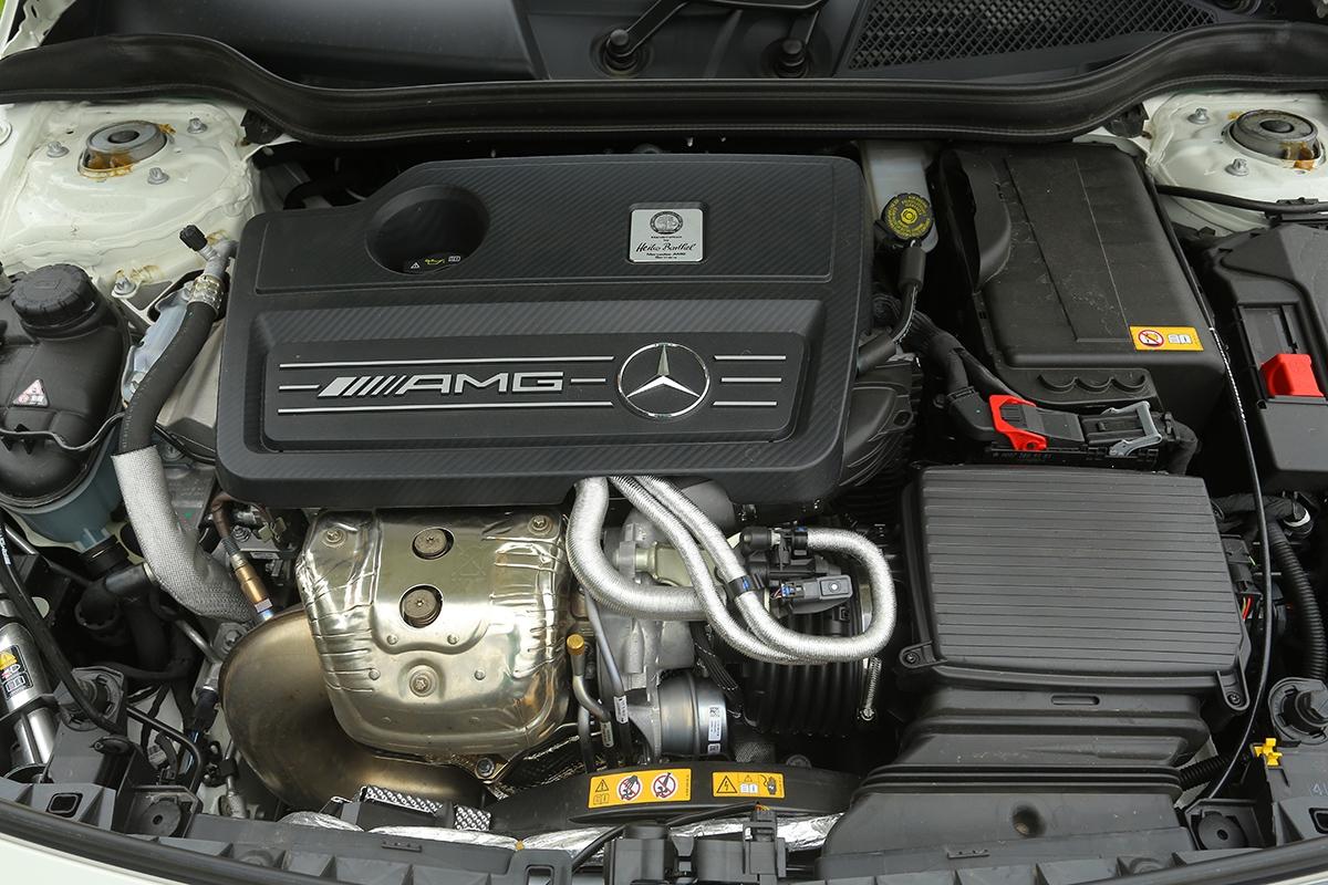 Štítek spodpisem prozradí, který zmechaniků AMG vám nejvýkonnější dvoulitr natrhu ručně sestavil.
