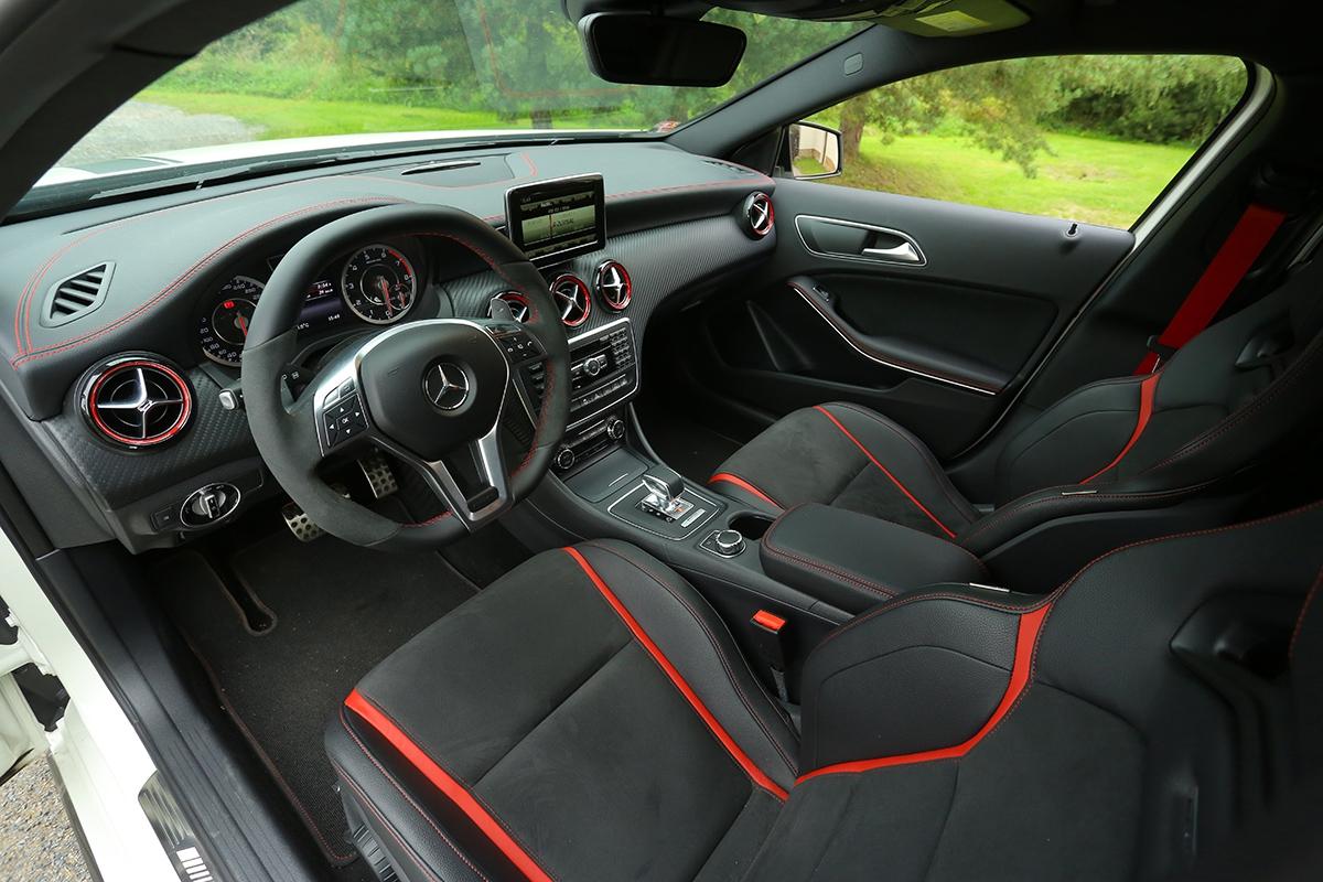 Alcantarový volant sportovní sedadla ařada doplňků jasně prozradí, že sedíte vAMG.