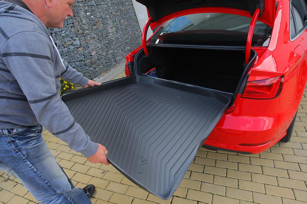 Kufr je vzhledem kvelikosti vozu dostatečný, podlážka je součástí jednoho zpaketů.