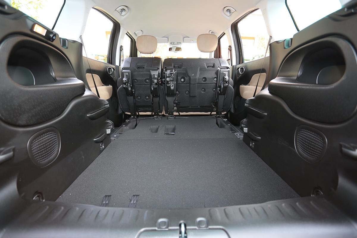Základních 638 litrů objemu zavazadelníku se dá jednoduše zvětšit.