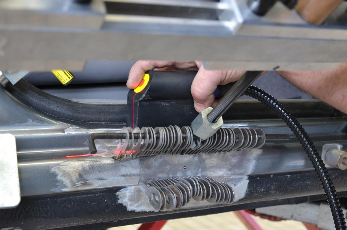 Během vytahování je možné kontrolovat tvar plochy laserem.