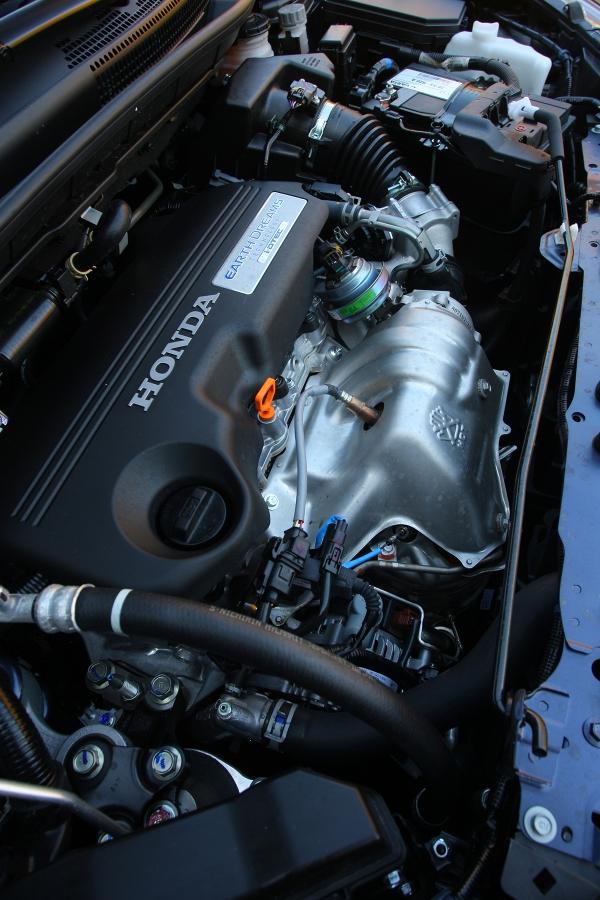 Naftový motor 1.6 i-DTEC se běžně spokojí s5,5 l/100km, ani veměstě se přitom nedostanete přes sedm litrů. Kvelmi dobrým hodnotám mu pomáhá iodstupňování převodovky, které je spíše kratší anenutí kpodtáčení motoru.