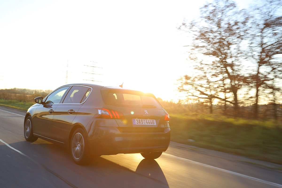Už jste nadálnici potkali Peugeot 308, který stále zrychluje azpomaluje? To se jen nový majitel snažil nastavit adaptivní tempomat.