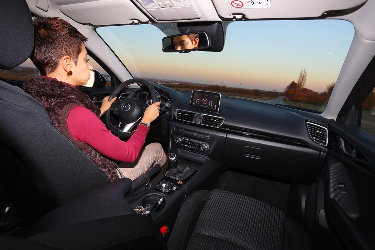 Pozice pro řízení je vMazdě 3 jedním slovem vynikající. Pochvalu zaslouží idobrá ergonomie ovládacích prvků.